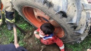 Küçük çocuk traktör tekerleğinin altında kaldı...
