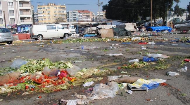 Buca'daki pazar yerlerinde çöpler temizlenmedi