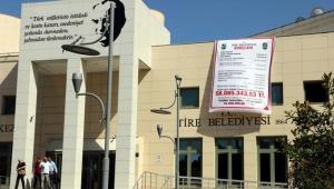 Belediyenin borcunu hizmet binasına astırdı