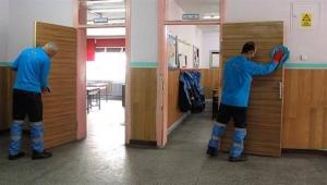 Üç okula bir hizmetli düşüyor