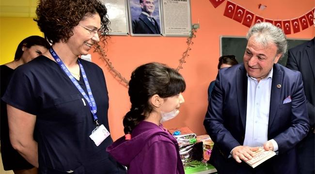 Başkan İduğ'dan Onkoloji hastası çocuklara karne hediyesi