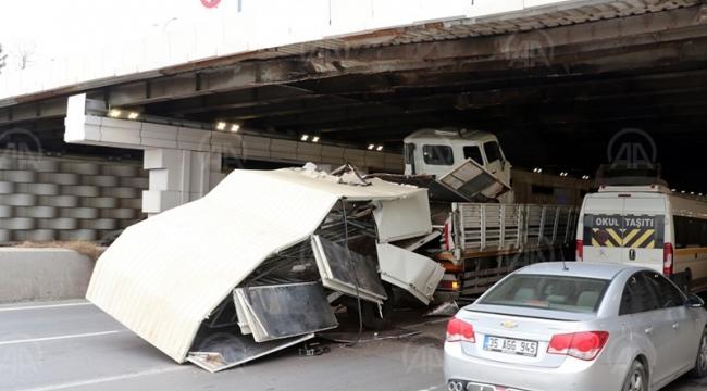 İzmir'de hurda araç yüklü TIR, alt geçitte sıkıştı