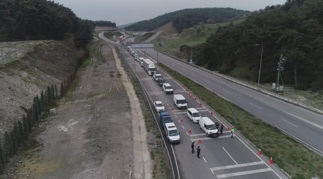 Giriş çıkışların yasaklandığı İzmir'de, kilometrelerce araç kuyruğu