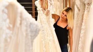 İzmir dayanışmasına anlamlı katkı: Gelinlik ve nişan kıyafeti bağışladı