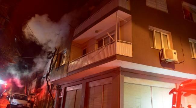 İzmir'de yangın paniği: Ev küle döndü, 13 kişi kurtarıldı!