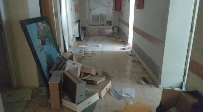 Foça eski devlet hastanesi çürümeye terkedildi
