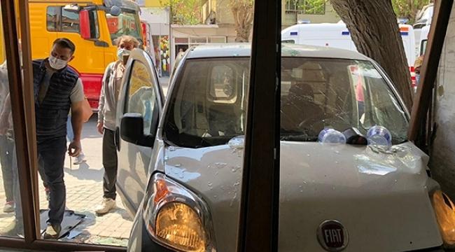 İzmir'de hafif ticari araç berber dükkanına daldı! 2 yaralı