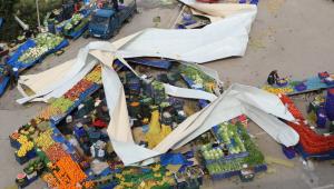 İzmir'de pazaryerinin üzerine çatı uçtu: Yaralılar var