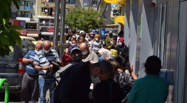 İzmir'de PTT önünde uzun kuyruklar oluştu! Sosyal mesafe hiçe sayıldı