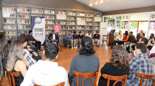 CHP'li Yücel üniversite gençliğiyle buluştu: 'İktidarın tuzağına düşmeyin'